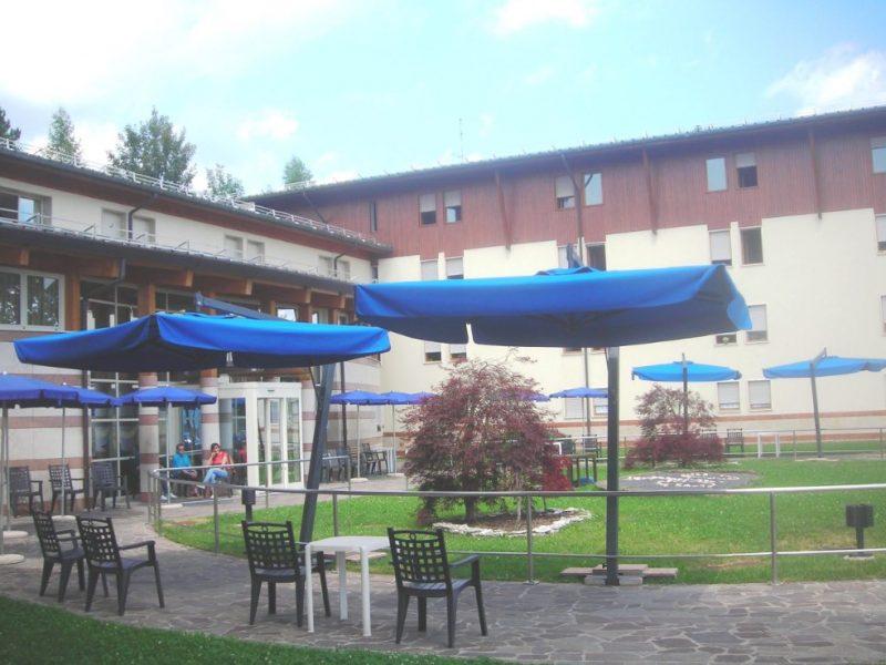 esterno della residenza con ombrelloni blu